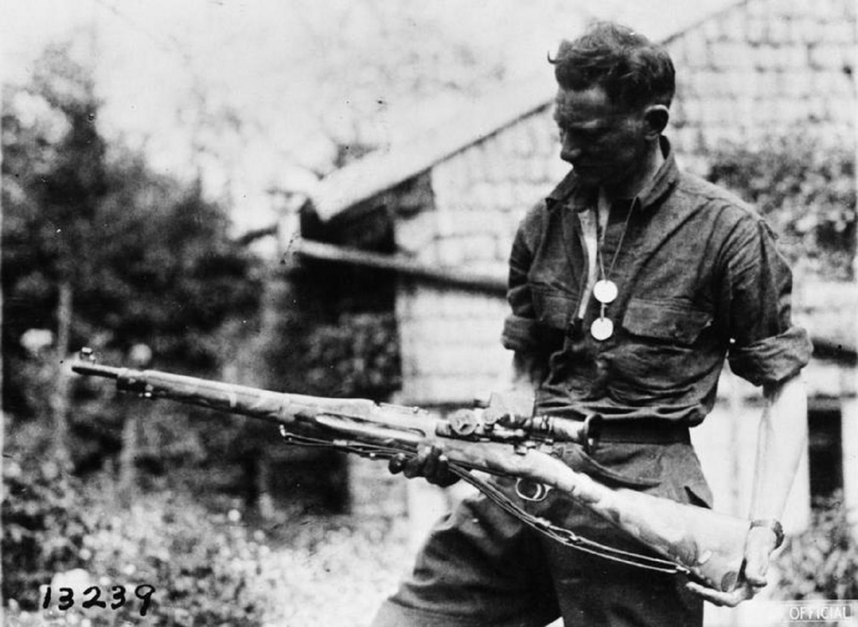 Franco-atirador estadunidense com seu fuzil Model 1903 Springfield