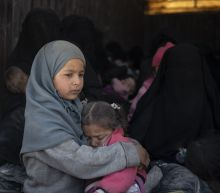 Civilians, including many children, leave IS-held enclave