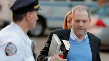Produtor cinematográfico Harvey Weinstein se entrega à polícia por acusações de agressão sexual