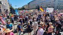 Corona-Newsblog Berlin: Corona-Leugner protestieren ohne Mundschutz und Abstand