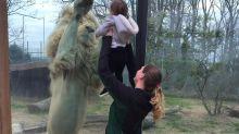Leão não contém a alegria ao interagir com bebê