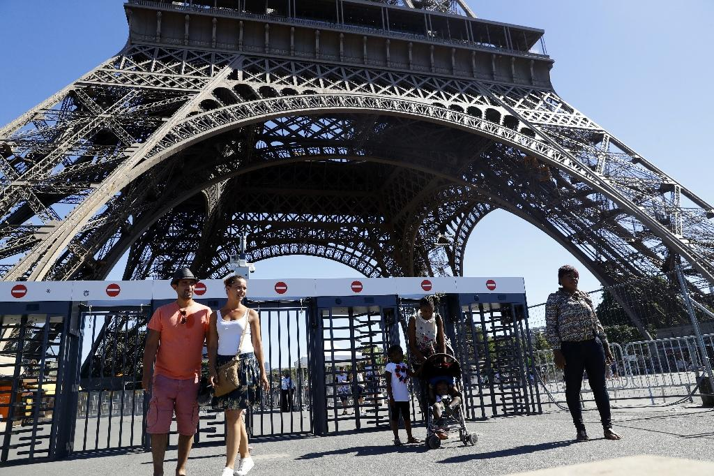 A glass wall will replace metal fences around the Eiffel Tower (AFP Photo/Patrick Kovarik)