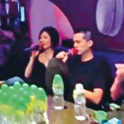 王菲唱K 型男粉絲伴身旁