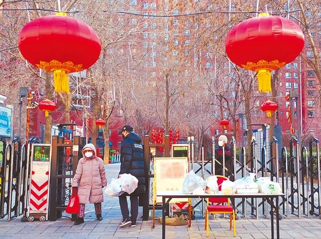 北京多個社區實施防疫管制,不讓外人進入,叫外賣必須到社區門外領取。(記者陳君碩攝)