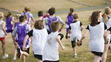 Junge biegt bei Wettrennen falsch ab und gewinnt in einer schwierigeren Disziplin