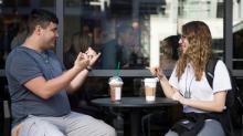 Starbucks abre primeira loja com equipe que fala língua de sinais nos EUA