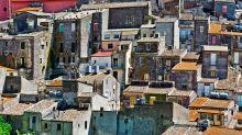Compraron casas a un euro en pueblos 'perdidos' de Italia y la pandemia les dejó atrapados allí