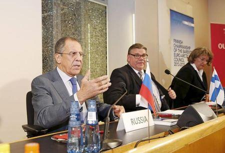 Russia's Foreign Minister Sergei Lavrov (L) and Finland's Foreign Minister Timo Soini attend a news conference after their bilateral meeting at Oulu City Hall, October 14, 2015. REUTERS/Timo Heikkala/Lehtikuva