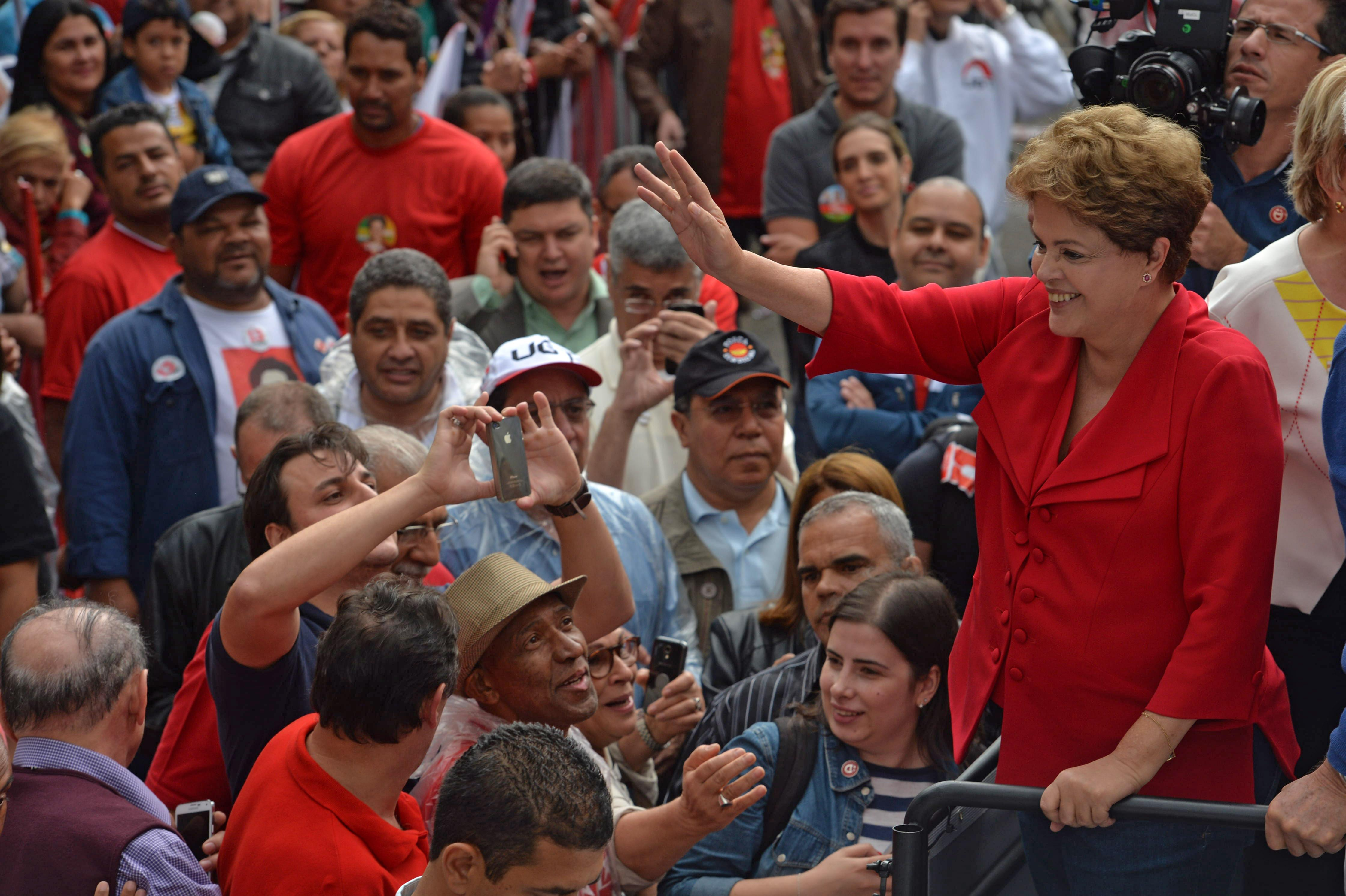 Brazilian President and presidential candidate Dilma Rousseff waves to supporters during a campaign rally in Sao Paulo, Brazil, on September 20, 2014 (AFP Photo/Nelson Almeida)