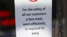 Amerikanisches Paar trägt Hakenkreuz-Masken beim Einkaufen