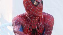 Tres niños se dejan picar por una viuda negra con la esperanza de convertirse en Spider-Man