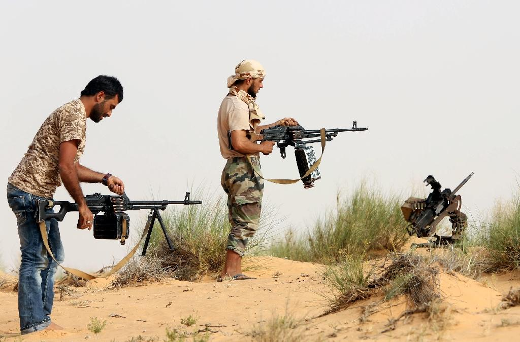 Fighters from the Fajr Libya militia load their weapons during clashes with forces loyal to Libya's internationally recognised government, in the vicinity of the Wetia military air base, May 25, 2015 (AFP Photo/Mahmud Turkia)