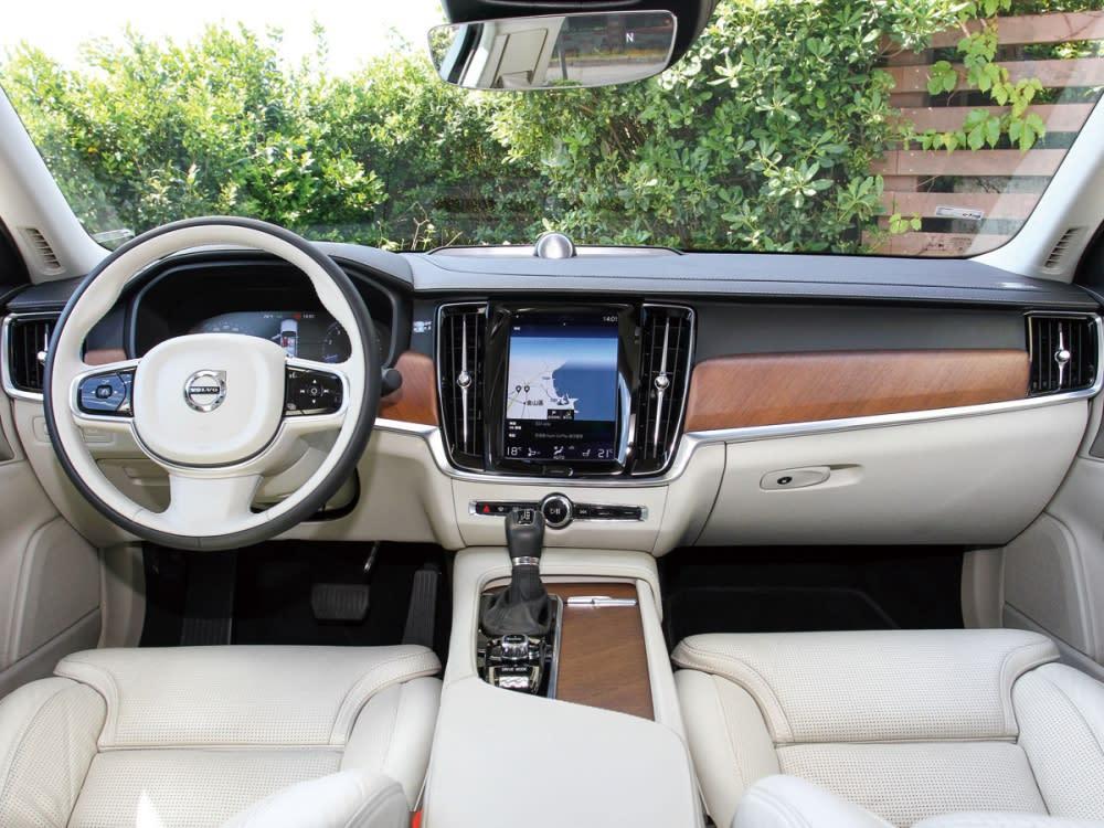 透過寬敞車室與直覺式9吋觸控中控台螢幕整合全車功能,大幅減少車內按鍵,搭配12.3吋數位整合資訊儀表組,讓駕駛能輕鬆判讀所有行車資訊,更能專注於眼前路況。