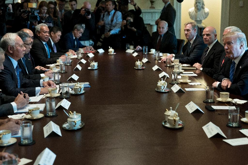 Malaysian Prime Minister Najib Razak (L) meets with US President Donald Trump (R) and others in the White House Cabinet Room (AFP Photo/Brendan Smialowski)