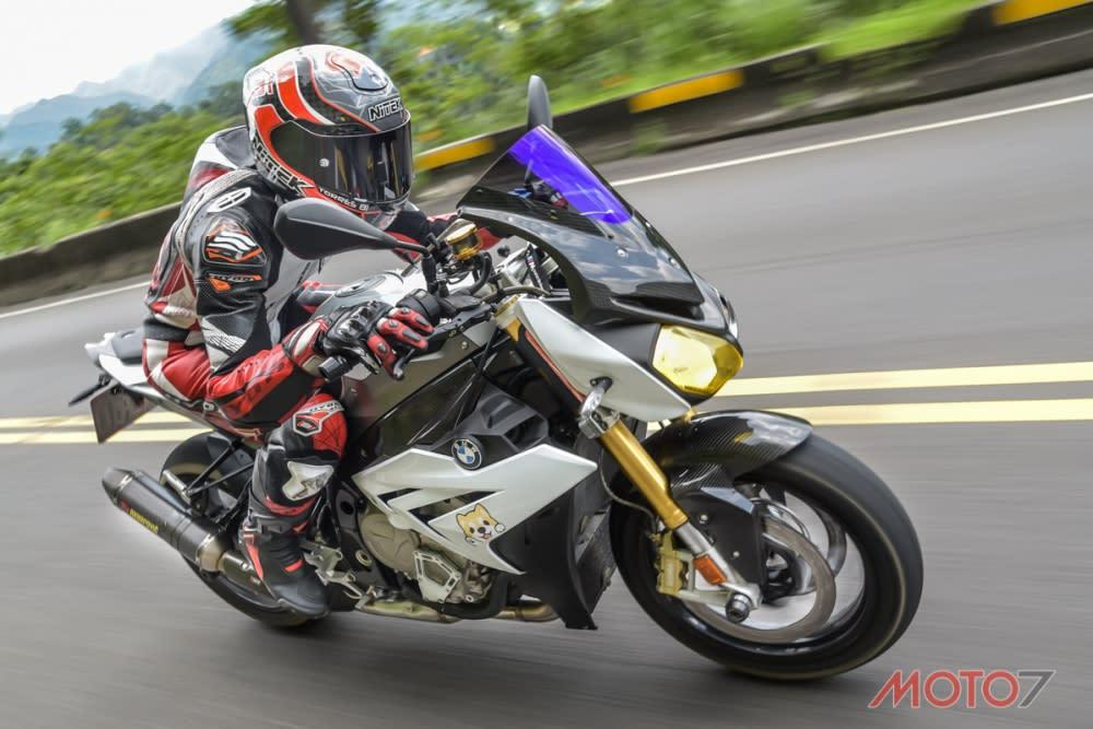 S1000R引擎經過調教更是合於一般道路騎乘。