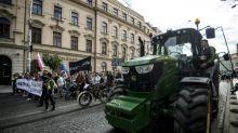 Slovaquie: des fermiers en tracteurs se joignent aux manifestants antigouvernementaux