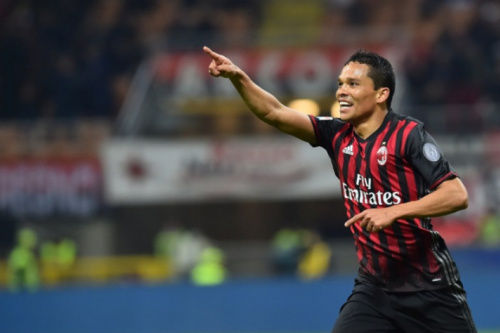 Bacca perde pênalti, mas faz dois e Milan vence o Chievo no Italiano