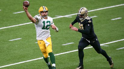 Rodgers outshines Brees in battle of veteran QBs