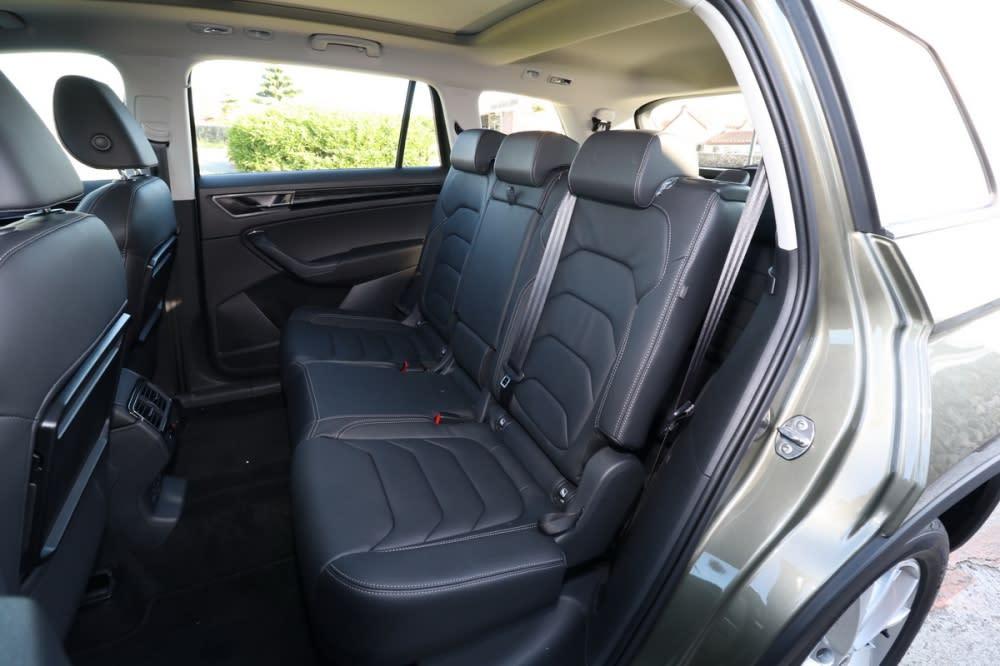 後座採六四分離設計、並具備前後滑移、椅背角度調整功能