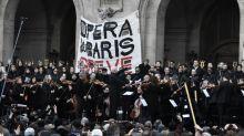 VIDEOS. Réforme des retraites: les grévistes de l'orchestre de l'Opéra de Paris offrent un concert devant le palais Garnier