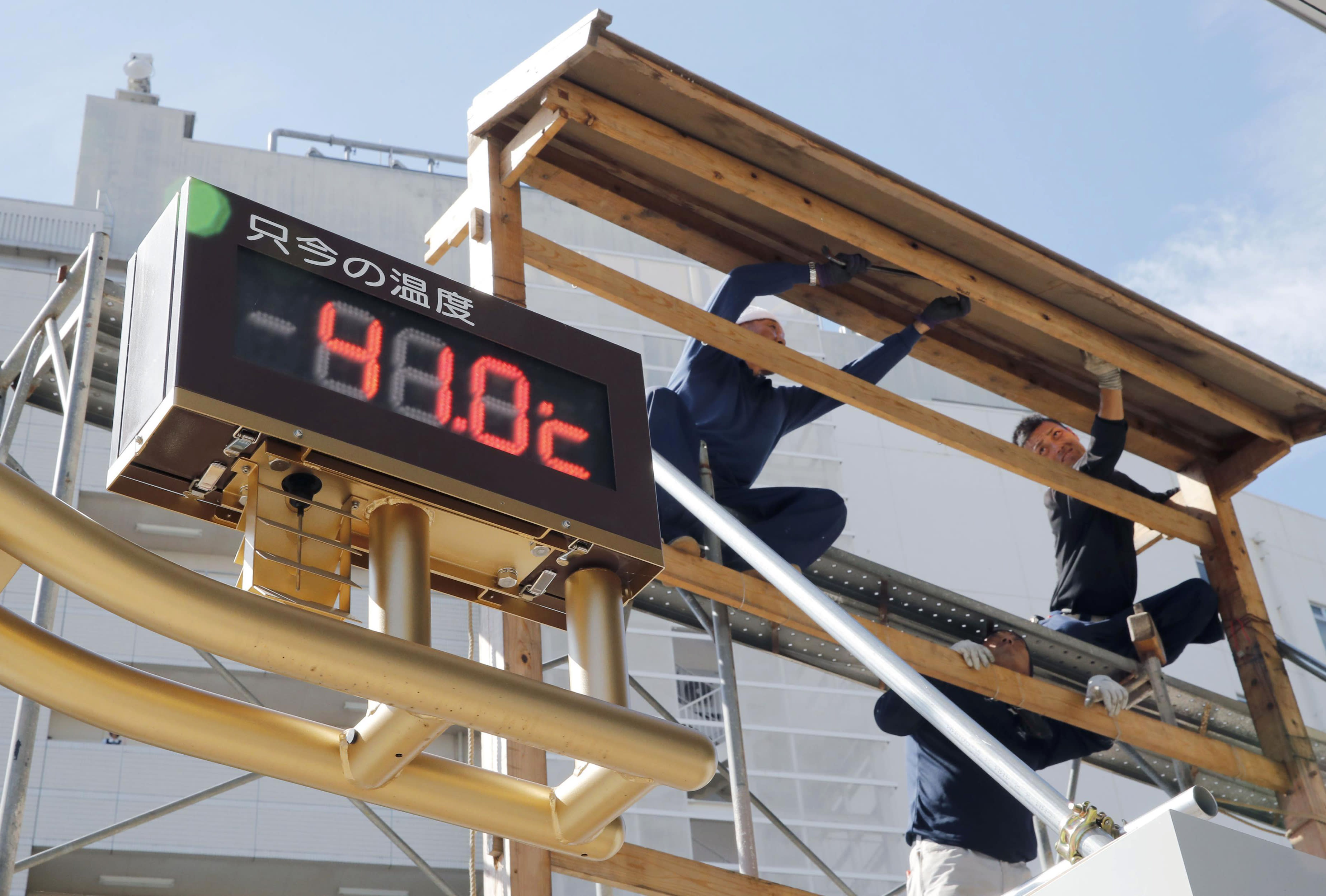 <p>The thermometer reads 41.0 degrees Celsius (105.8 degrees Fahrenheit) in Kumagaya city, north of Tokyo, July 23, 2018. Searing hot temperatures are forecast for wide swaths of Japan and South Korea in a long-running heat wave. The temperature in the city north of Tokyo reached 41.1 degrees Celsius (106 degrees Fahrenheit) on Monday, the highest ever recorded in Japan, as a deadly heat wave gripped a wide swath of the country and nearby South Korea. (Photo: Daiki Katagiri/Kyodo News via AP) </p>