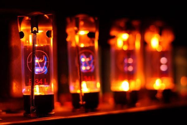 Nano vacuum tubes could give a second life to the guitarist's best friend