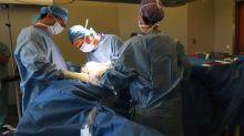 Condenado cirujano que grabó sus iniciales en los hígados de sus pacientes