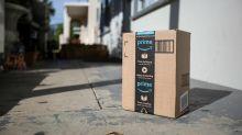 Paket von Amazon kommt durchs Fenster geflogen