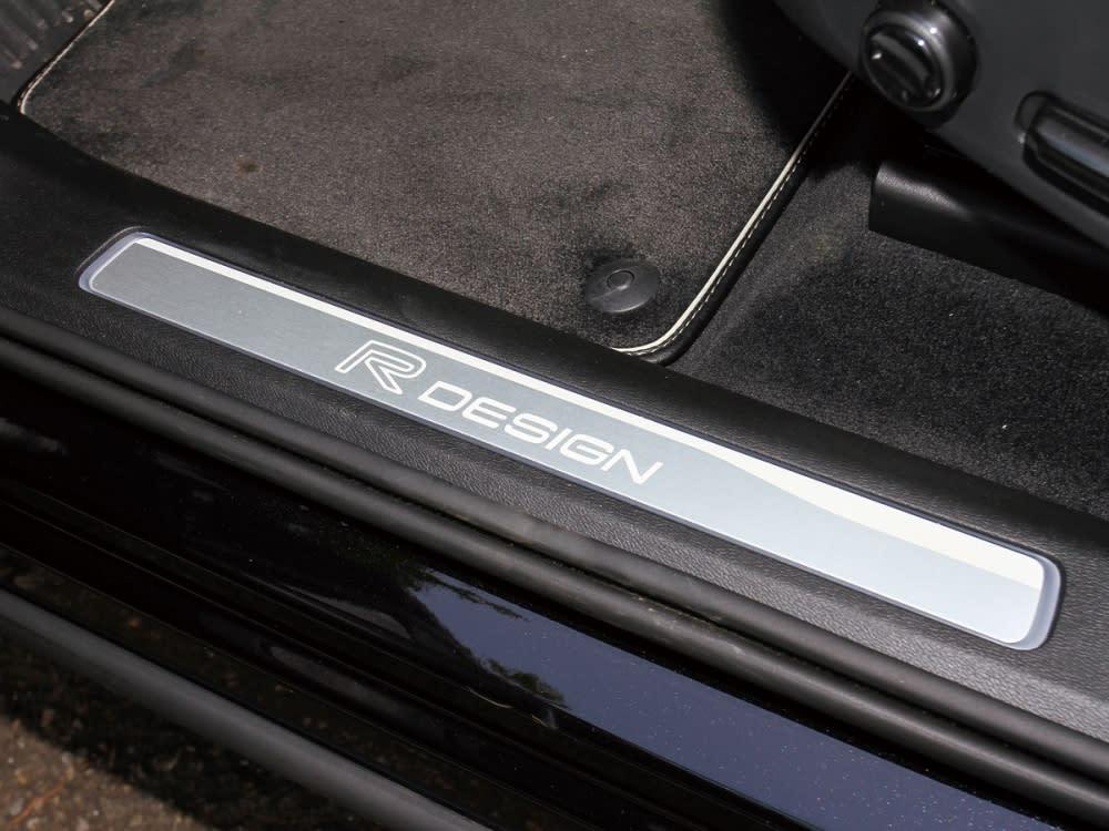 車門迎賓踏板採用金屬材質構成,並刻有R-Design專屬字樣。