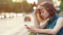 Ejercicios básicos contra el 'text neck'y la 'whatsappitis, las razones (tecnológicas) por las quete duele el cuello