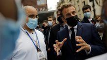 """Macron interpellé par des soignants demandant """"plus de fric"""""""