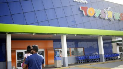 Bankrupt Toys R Us weighs closing at least 100 stores