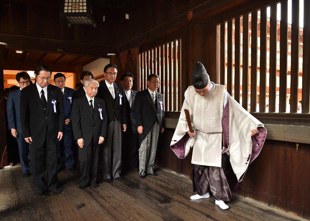 A Shinto priest greets Japanese lawmakers visiting the controversial Yasukuni shrine on the 71st anniversary of Japan's surrender in World War II, in Tokyo, on August 15, 2016 (AFP Photo/Kazuhiro Nogi)