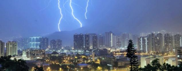 天文台表示,一道低壓槽正為廣東沿岸帶來大雨及雷暴。本港今早廣泛地區錄得超過100毫米雨量,而荃灣、沙田、大埔、西貢及九龍東的雨量更超過200毫米。同時,香港境內錄得超過10000次雲對地閃電。