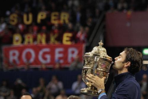 El suizo Roger Federer tras hacerse del torneo de tenis ATP de Basilea en 2011