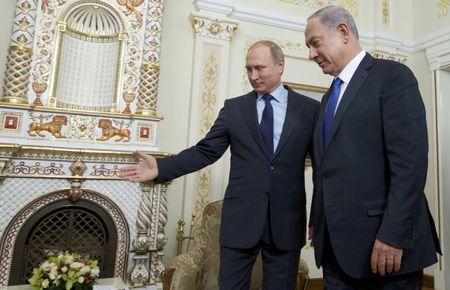 Russian President Vladimir Putin (L) welcomes Israeli Prime Minister Benjamin Netanyahu during their meeting at the Novo-Ogaryovo state residence outside Moscow, Russia, September 21, 2015. REUTERS/Ivan Sekretarev/Pool