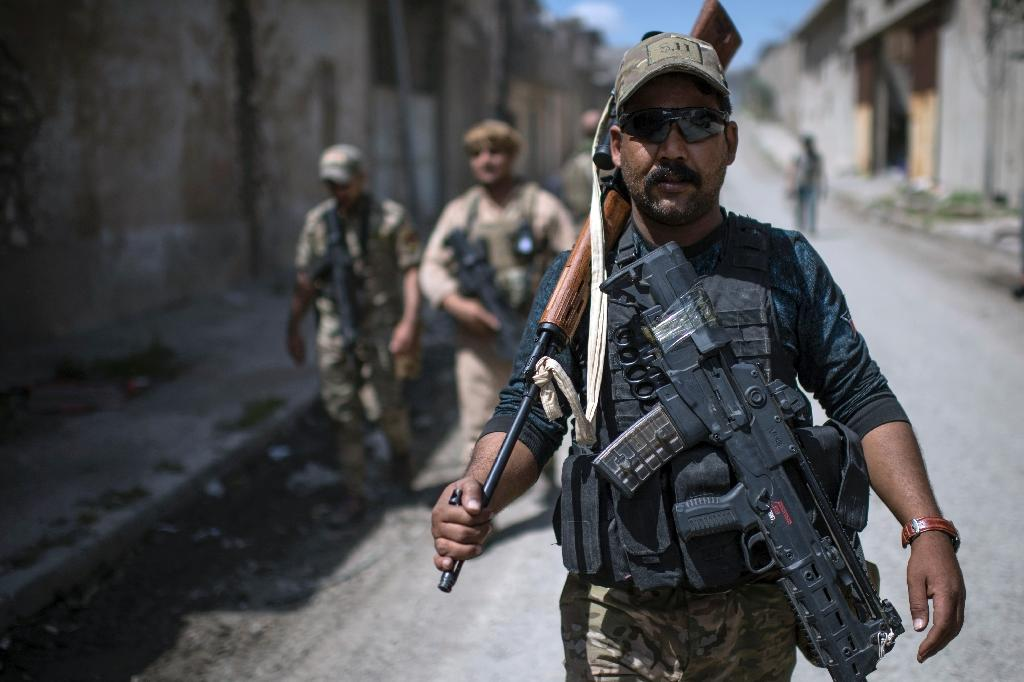 A member of Iraq's elite Rapid Response Division walks down a street during their advance in western Mosul on April 19, 2017 (AFP Photo/CHRISTOPHE SIMON)