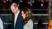 Kate Middleton es feliz sirviendo cerveza