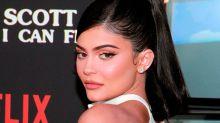 No podemos ser más fans de la melena larga rubia y rizada de Kylie Jenner