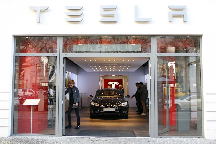 Tesla will reportedly move stores out of high-end malls and use remote fleets