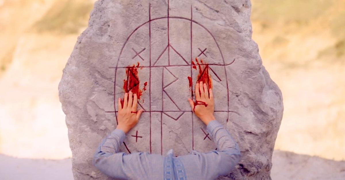 <strong>第八名:《仲夏魘》</strong><br>上映日期:2019-07-12<br><br>2018年以首部驚悚長片《宿怨》引來全球影壇高度關注,甚至被譽為下一個溫子仁的導演亞瑞阿斯特(Ari Aster),第二部長片《仲夏魘》依然大玩神秘儀式符號性的驚悚劇情,比起《宿怨》來說,添進了更多獵奇的詭異設定。<br><br>《仲夏魘》用上了大量隱喻與符號,而在網路上也有許多電影魔人整理出片中細節彩蛋解析,以供觀眾解惑。因此《仲夏魘》即使上映將近一年,仍在Yahoo上半年站內恐怖驚悚電影搜尋榜上維持第八名的佳績。