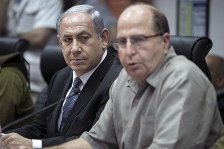 Israel's Prime Minister Benjamin Netanyahu (L) and Defence Minister Moshe Yaalon attend a briefing at the Israeli army's Home Front Command base in Ramle near Tel Aviv, Israel June 2, 2015. REUTERS/Baz Ratner