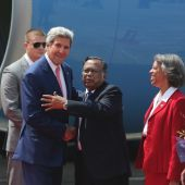 Kerry meets Bangladesh PM after extremist attacks