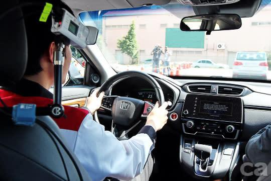 由於具危險性,CMBS煞車體驗部分由本田技術研究所的日籍工程師親自駕駛,車內也透過儀器和攝影機監測,帳篷區可同步收看畫面。