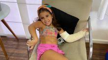 """Deborah Secco mostra Maria Flor com o braço engessado: """"Coração dilacerado"""""""