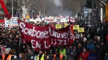 El Gobierno francés aprueba su reforma de pensiones con protesta en la calle