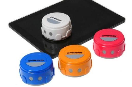 Takara Tomy's Auto Mee S robot scrubs mobile devices, saves seconds of effort