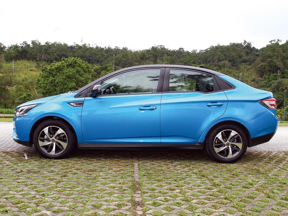 以短截車尾之Fastback造型,成就Cross Sedan前衛概念。