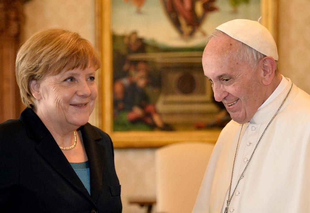 German Chancellor Angela Merkel talks with Pope Francis during a private audience at the Vatican on May 6, 2016 (AFP Photo/Alberto Pizzoli)