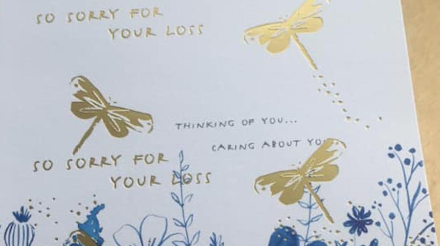 Putzfrau geht mit Kündigung auf Kondolenzkarte viral